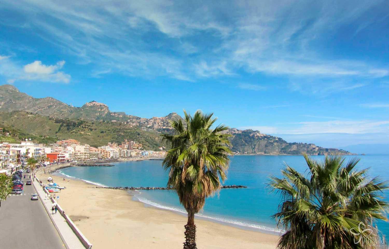 La spiaggia di giardini naxos taormina sicilia